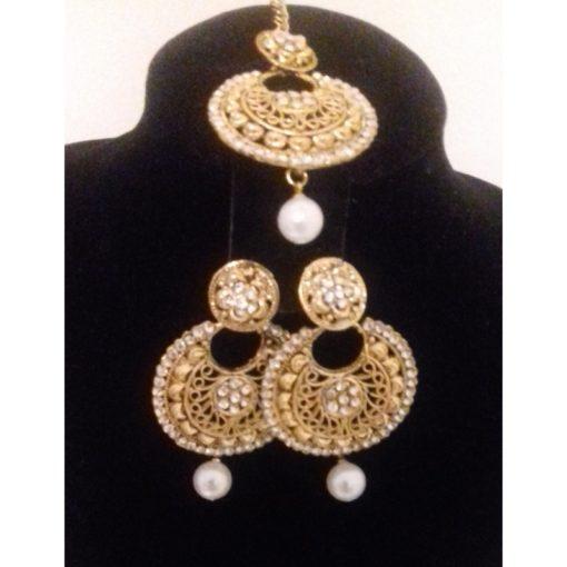 Parure 12 - Bijoux de front avec pierres blanches scintillantes ainsi que de ses boucles d'oreilles assorties.
