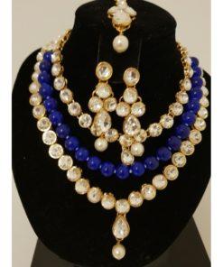 Parure 8 - Collier avec pierres blanches scintillantes, perle bleu et blanches ainsi que de ses boucles d'oreilles et de son bijoux de front assortis.
