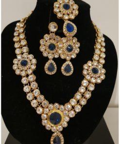 Parure 9 - Collier avec pierres blanches scintillantes ainsi que ses boucles d'oreilles et son bijoux de front assortis.