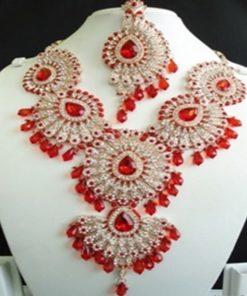 """Parure Mariée 3 - Ensemble 3 pièces comprenant le """"gros collier ras avec pierres blanches et rouge"""", les boucles d'oreilles assorties, le bijoux de front (tikka)"""