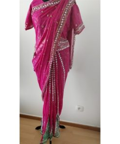 Sari 8 - Sari rose avec plis déjà faits (ornés par des pierres blanches et vertes)