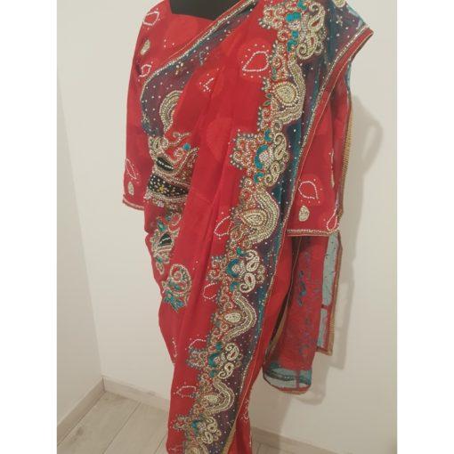 Sari 9 - Magnifique sari rouge et vert avec un très beau travail de broderies de pierres cristal sur tout le sari. Idéal pour faire coudre votre kaftan.